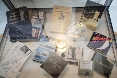 """Alguns materiais documentados na exposição """"End(s) of Electronic Literature""""."""